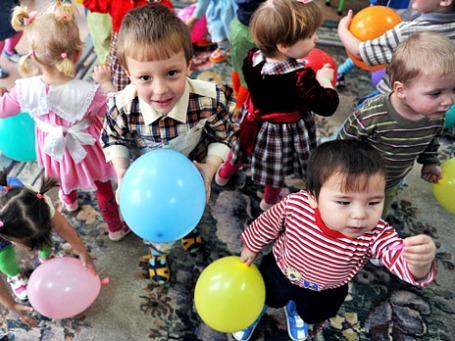 Воспитанники владивостокского Дома ребенка в игровой комнате. Фото: РИА Новости