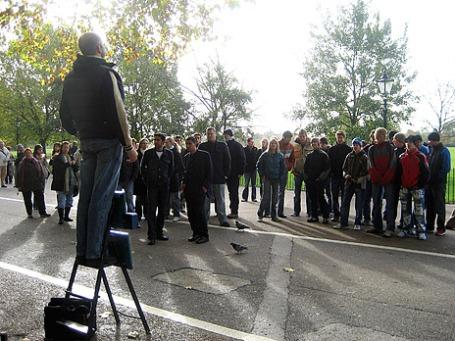 Мужчина выступает перед публикой в Лондонском Гайд-парке. Фото: wallyg/flickr.com