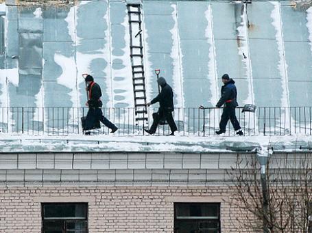 Сотрудники коммунальных служб на крыше одного из домов в Москве. Фото: РИА Новости