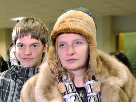 Сын предпринимателя Евгения Касперского Иван Касперский с матерью Натальей в здании Хорошевского районного суда. Фото: РИА Новости