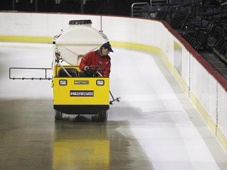 Рабочий подготавливает лёд для матчей НХЛ. Фото: Reuters