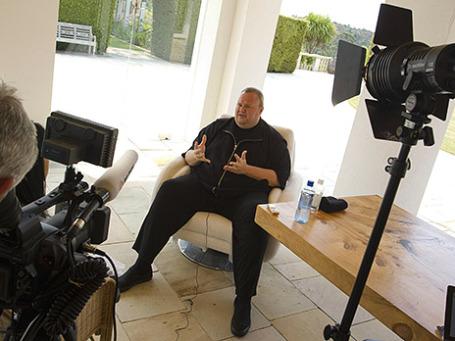 Ким Дотком беседует с журналистами в своём доме в Окленде. Фото: Reuters