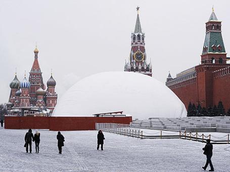 Вид на Мавзолей В.И.Ленина на Красной площади, который закрыт на ремонт. Фото: РИА Новости