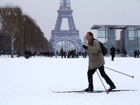 Человек на беговых лыжах пересекает Марсово поле недалеко от Эйфелевой башни. В Париже из-за выпавшего снега общественный транспорт на некоторых маршрутах перестал ходить. Фото: Reuters