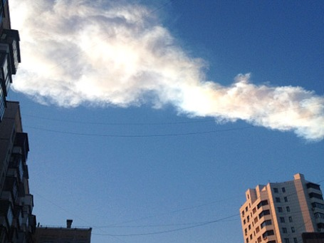Метеоритный дождь прошел над Челябинской областью. В результате произошло разрушение остекления высотных зданий. Фото: РИА Новости