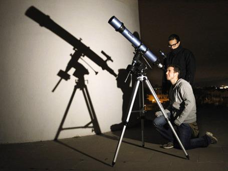 Студенты Астрономической Ассоциации в испанском городе Сабадель смотрят на астероид 2012 DA14, который подходит к Земле. Фото: Reuters