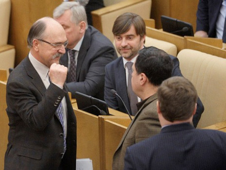 Владимир Пехтин (слева на первом плане) на пленарном заседании нижней палаты российского парламента сдал мандат, объявив что решил сложить полномочия депутата Госдумы. Фото: РИА Новости