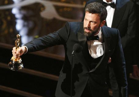Бен Аффлек получает премию Оскар в номинации лучший фильма за кинокартину «Операция «Арго». Фото: Reuters