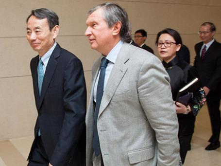 Председатель совета директоров Китайской Национальной Нефтегазовой Корпорации (КННК) Цзян Цземин и президент компании