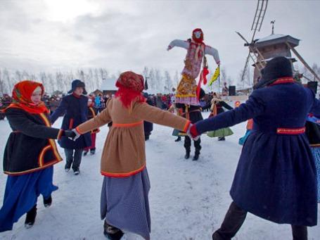 Хоровод вокруг чучела Масленицы на праздничных масленичных гуляньях. Фото: РИА Новости