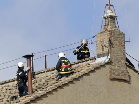 Установка дымохода на крыше Сикстинской капеллы в Ватикане. Фото: Reuters