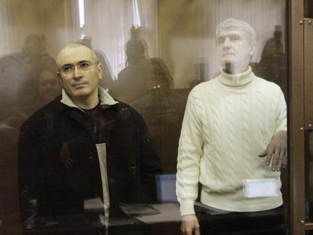 Экс-глава ЮКОСа Михаил Ходорковский и бывший руководитель МФО «Менатеп» Платон Лебедев (слева направо) в зале Московского городского суда. Фото: Оксана Онипко/BFM.ru