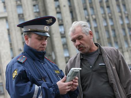 Сотрудник ГИБДД проводит тест на алкоголь. Фото: Григорий Собченко/BFM.ru