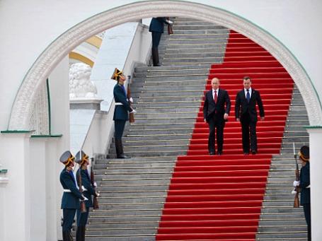 Президент РФ Владимир Путин и премьер-министр РФ Дмитрий Медведев после церемонии инаугурации 7 мая 2012 года. Фото: РИА Новости