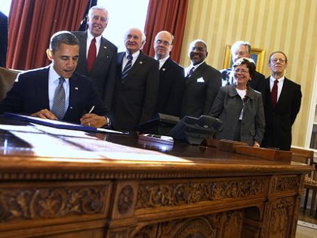 Президент США Барак Обама во время подписания закона Магнитского в Овальном кабинете, 14 декабря 2012 года. Фото: Reuters