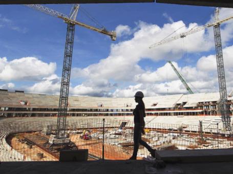 Рабочий идёт по стадиону, который готовят для Чемпионата мира по футболу в 2014 году, Бразилия. Фото: Reuters