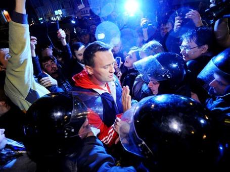 Сотрудники правоохранительных органов проводят задержание блогера Алексея Навального во время проведения акции оппозиции на Никитском бульваре в Москве. Фото: РИА Новости