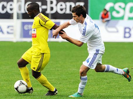 Игрок «Анжи» Лассана Диарра (слева) и игрок «Динамо» Артур Юсупов. Фото: РИА Новости