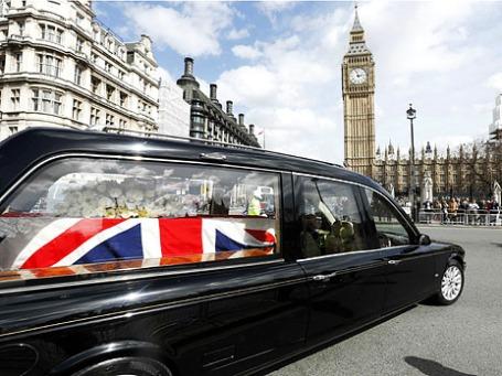 Катафалк с телом бывшего премьер-министра Великобритании Маргарет Тэтчер прибывает в Вестминстерский дворец в Лондоне. Фото: Reuters
