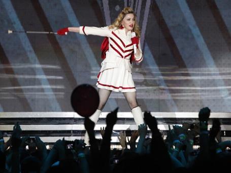 Мадонна во время выступления на стадионе в Олимпийском. Фото: Reuters