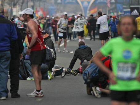 Участники Бостонского марафона после взрывов произошедших на финишной черте. Фото: Reuters