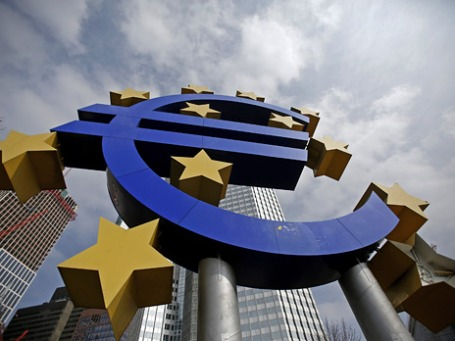 Знак евро на фоне Европейского центрально банка. Фото: Reuters