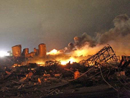 Завод по производству удобрений после взрыва. Фото: Reuters