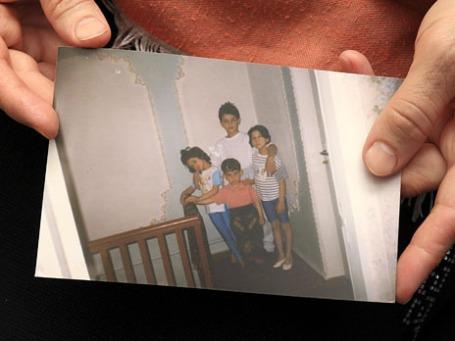 Патимат Сулейманова, тетя Джохара и Тамерлана Царнаевых, держит фото из семейного архива. На первом плане Джохар ( в центре) и Тамерлан ( в центре на втором плане). Фото: Reuters