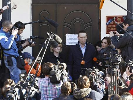 Оппозиционер, блогер Алексей Навальный и его адвокат Ольга Михайлова отвечают на вопросы журналистов после заседания Ленинского районного суда города Кирова. Фото: Reuters
