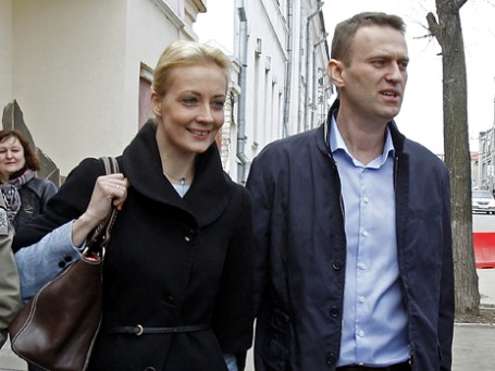 Блогер Алексей Навальный с супругой Юлией в перерыве между слушаниями по делу о хищениях в «Кировлесе». Фото: Reuters