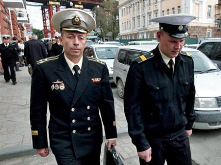 Капитан 1 ранга Дмитрий Лаврентьев и старшина 1-й статьи Дмитрий Гробов (слева направо). Фото: РИА Новости