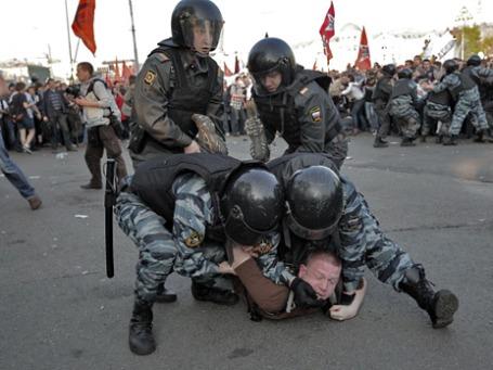 Сотрудники правоохранительных органов задерживают участников митинга 6 мая  на Болотной площади. Фото: РИА Новости