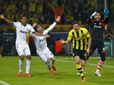 Игроки команд «Боруссия» (в желтой форме на первом плане) и «Реал Мадрида» (в белой форме на втором плане) во время матча в Дортмунде. Фото: Reuters