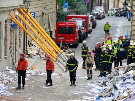 Сотрудники пожарной службы ведут поиски раненых после взрыва в центре Праги. Фото: Reuters