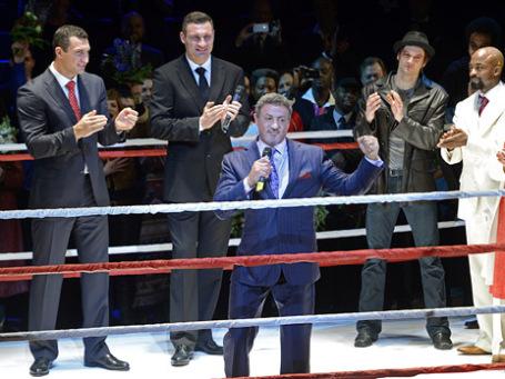 Актер Сильвестр Сталлоне (на первом плане) и боксеры Владимир и Виталий Кличко (слева направо на втором плане) после премьеры мюзикла «Рокки» в Гамбурге. Фото: Reuters