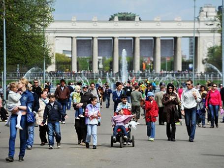 Отдыхающие в Центральном парке культуры и отдыха имени Горького. Фото: РИА Новости
