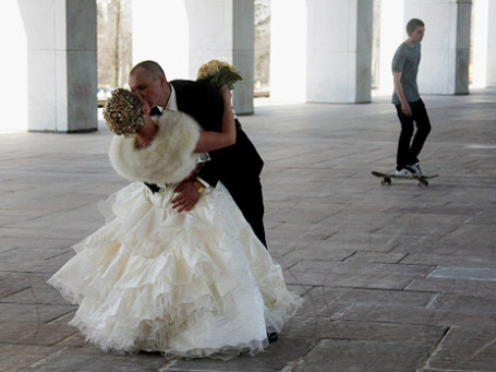 Молодожены на Поклонной горе - одном из традиционных мест свадебных гуляний в российской столице. Фото: РИА Новости