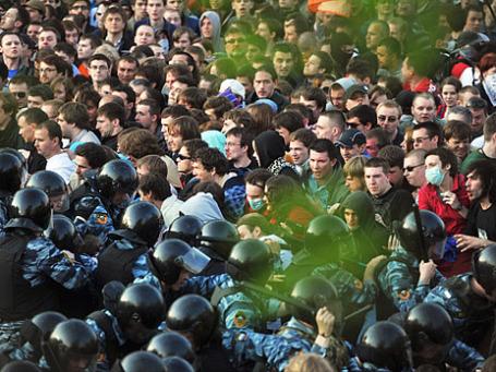 Сотрудники правоохранительных органов задерживают участников митинга «Марш миллионов» на Болотной площади, 6 мая 2012 г. Фото: РИА Новости