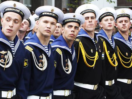 В Севастополе в День Победы российские и украинские моряки принимают участие в военном параде. Фото: Reuters