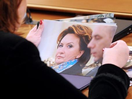 Елена Скрынник рассматривает свою фотографию в СМИ. Фото: ИТАР-ТАСС