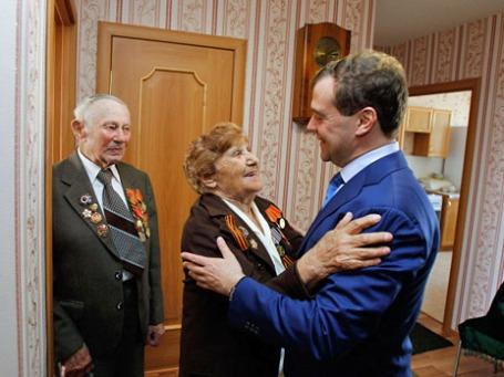 Председатель правительства РФ Дмитрий Медведев приветствует ветеранов ВОВ. Фото: РИА Новости
