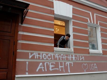 Надпись на фасаде здания сделанная неизвестными людьми. Фото: РИА Новости