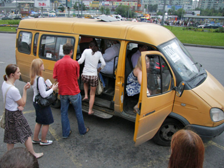 Посадка пассажиров  на маршрутное такси . Фото: РИА Новости