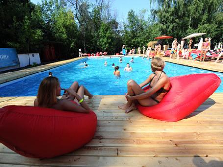 Посетители в зоне отдыха с бассейнами в парке «Сокольники». Фото: РИА Новости