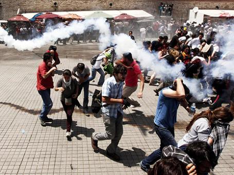 ОМОН применяет слезоточивый газ, чтобы разогнать толпу во время антиправительственного митинга на площади Таксим в Стамбуле, Турция. Фото: Reuters