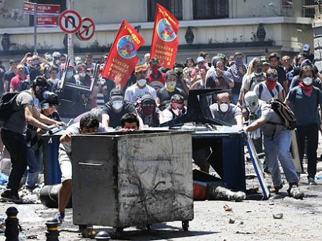 Демонстранты строили барикады в центре Стамбула во время столкновений с полицией. Фото: Reuters
