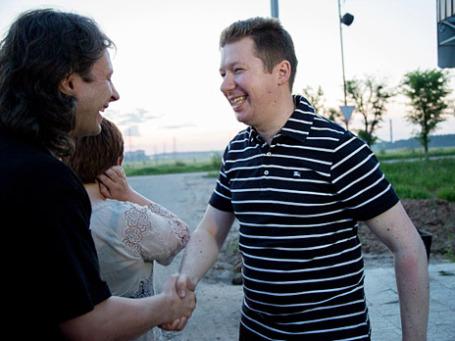 Освобожденный из-под стражи бизнесмен Алексей Козлов у ворот колонии в Иваново. Фото: РИА Новости