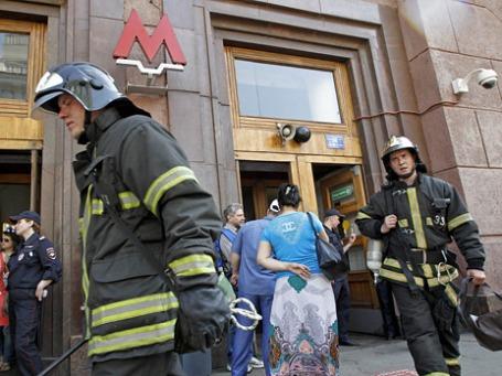 Сотрудники пожарной службы у станции метро Охотный ряд. Фото: Reuters