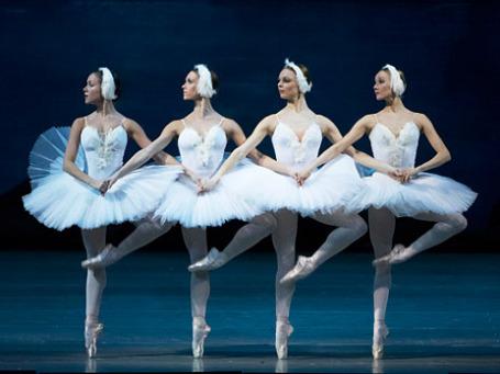 Сцена из балета Петра Чайковского «Лебединое озеро». Фото: РИА Новости