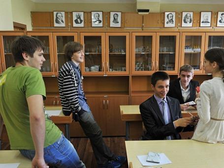 Ученики одной из московских школ перед сдачей ЕГЭ. Фото: РИА Новости